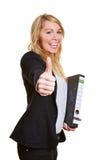 Donna di affari che tiene i suoi pollici su Fotografia Stock Libera da Diritti
