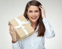 Donna di affari che tiene il grande contenitore di regalo Ritratto isolato Immagini Stock Libere da Diritti