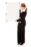 Donna di affari che tiene il segno in bianco di whiteboard. Fotografie Stock