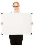 Donna di affari che tiene il segno in bianco di whiteboard. Fotografia Stock Libera da Diritti