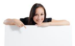 Donna di affari che tiene il segno vuoto in bianco bianco del tabellone per le affissioni con la copia Fotografie Stock