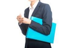 Donna di affari che tiene il suoi raccoglitore e penna Fotografie Stock