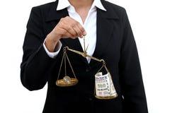 Donna di affari che tiene la scala della giustizia fotografie stock libere da diritti