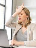 Donna di affari che tiene la sua testa con la mano Immagini Stock