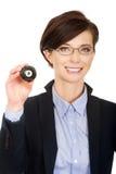 Donna di affari che tiene palla da biliardo otto Immagini Stock Libere da Diritti