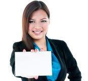 Donna di affari che tiene scheda in bianco Immagini Stock Libere da Diritti