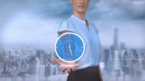 Donna di affari che tiene sveglia virtuale royalty illustrazione gratis