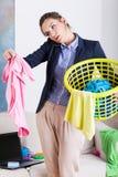 Donna di affari che tiene un canestro di lavanderia Fotografie Stock