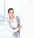 Donna di affari che tiene un cartongesso bianco in bianco Fotografia Stock Libera da Diritti