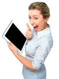 Donna di affari che tiene un computer della compressa e che mostra schermo e pollice neri sul gesto su fondo bianco Fotografie Stock Libere da Diritti