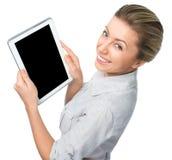 Donna di affari che tiene un computer della compressa e che mostra schermo nero su fondo bianco Immagine Stock Libera da Diritti