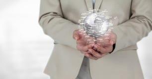 Donna di affari che tiene un globo con i connettori Fotografia Stock