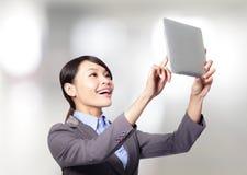 Donna di affari che tiene un pc della compressa Fotografie Stock Libere da Diritti