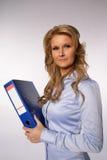 Donna di affari che tiene un raccoglitore Fotografia Stock Libera da Diritti