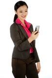 Donna di affari che tiene un telefono Fotografie Stock Libere da Diritti