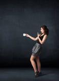 Donna di affari che tiene una tazza bianca Fotografia Stock
