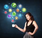 Donna di affari che tiene una tazza bianca con le icone della regolazione Immagine Stock