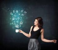 Donna di affari che tiene una tazza bianca con le icone di affari Immagini Stock
