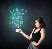 Donna di affari che tiene una tazza bianca con le icone di affari Immagini Stock Libere da Diritti