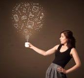 Donna di affari che tiene una tazza bianca con le icone sociali di media Immagine Stock Libera da Diritti