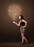 Donna di affari che tiene una tazza bianca con le icone sociali di media Fotografia Stock