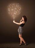 Donna di affari che tiene una tazza bianca con le icone sociali di media Immagine Stock