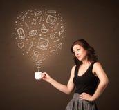 Donna di affari che tiene una tazza bianca con le icone sociali di media Immagini Stock