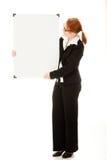Donna di affari che tiene whiteboard in bianco Immagini Stock Libere da Diritti