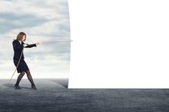 Donna di affari che tira l'insegna dello spazio in bianco della corda Fotografia Stock