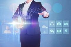 Donna di affari che tocca la portata di parola sull'interfaccia Immagine Stock