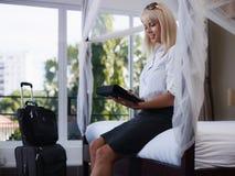 Donna di affari che trasmette email sul calcolatore del rilievo di tocco fotografia stock