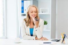 Donna di affari che usando comando di voce sullo smartphone Fotografia Stock Libera da Diritti