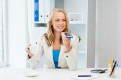 Donna di affari che usando comando di voce sullo smartphone Immagini Stock Libere da Diritti
