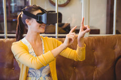Donna di affari che usando i vetri 3D Immagine Stock
