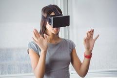 Donna di affari che usando i vetri 3D Immagini Stock Libere da Diritti