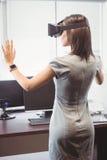 Donna di affari che usando i vetri 3D Immagini Stock
