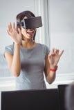 Donna di affari che usando i vetri 3D Fotografie Stock