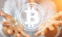 Donna di affari che usando la rappresentazione di cryptocurrency 3D dei bitcoins Fotografie Stock Libere da Diritti