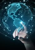 Donna di affari che usando la rappresentazione dell'interfaccia 3D della mappa di mondo di U.S.A. Immagine Stock Libera da Diritti