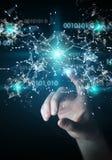 Donna di affari che usando la rete digitale 3D del collegamento di codice binario con riferimento a Fotografia Stock Libera da Diritti