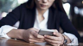 Donna di affari che usando vista alta vicina del telefono cellulare Fotografia Stock