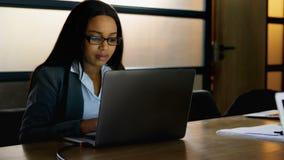 Donna di affari che utilizza computer portatile nell'ufficio stock footage