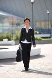 Donna di affari che va all'ufficio Immagini Stock Libere da Diritti