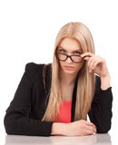 Donna di affari che vi esamina sopra i vetri Immagini Stock