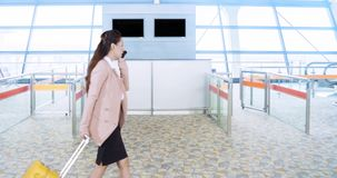 Donna di affari che viaggia mentre portando bagaglio video d archivio