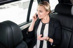 Donna di affari che viaggia in taxi fotografie stock libere da diritti