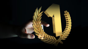 Donna di affari che vince la prima rappresentazione dorata di prezzi 3D Immagine Stock