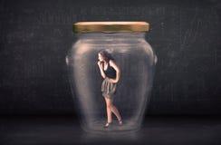 Donna di affari chiusa dentro un concetto di vetro del barattolo Fotografia Stock