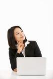 Donna di affari cinese che lavora a Lapto Fotografia Stock
