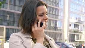 Donna di affari in città sul telefono davanti all'ufficio video d archivio